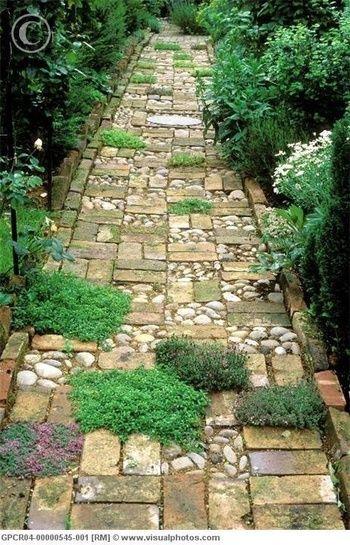 レンガや石を組み合わせ、ところどころにグランドカバーの植物を植えてリズム感のあるアプローチに。レンガの向きの違いが、模様になって変化に富んだアプローチが出来上がります。