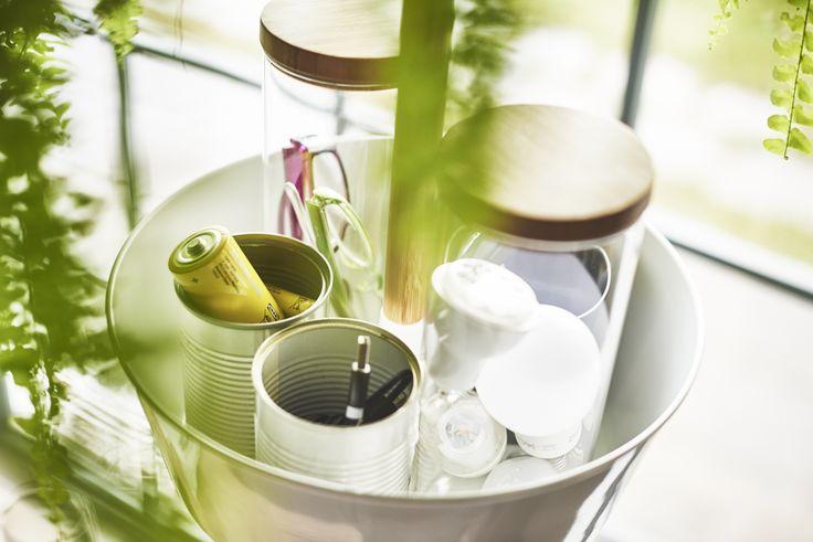 Je hebt vaak kleine spullen in huis om te recyclen, zoals klein chemisch afval of kapotte lampen. Verzamel en verstop ze tegelijkertijd in een plantenhanger! De bladeren van de hangplant erboven vallen zo mooi over alles heen. Out of sight out of mind! | #IKEA #IKEAnl #recyclen #upcyclen #duurzaam #duurzaamheid #DagvandeDuurzaamheid #milieu #milieubewust #sorteren #bewust #levensstijl