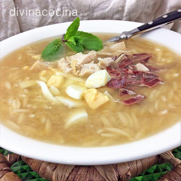 Esta es mi receta de sopa de picadillo de toda la vida, pero el plato tiene tantas formas y sabores como cocineros. Es tradicional también añadir costrones de pan frito o tostado el servirla.