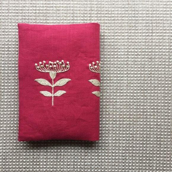 生地:C&S カラーリネン<赤>その他:C&S タグ<Days of sewing>、刺繍糸、接着芯、花柄の内布C&Sのカラーリネ...