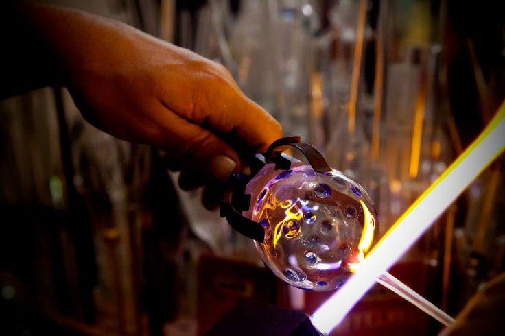 Glasblasen einer Kugel aus Borosilikatglas (Laborglas) am Zweigasbrenner