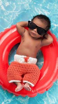 Chłopczyk w okularach przeciwsłonecznych w basenie