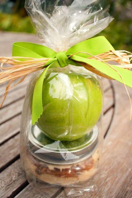 Apple and caramel dip tied up so pretty as a gift!: Teacher Gifts, Teacher Appreciation, Gifts Ideas, Apples Gifts, Apple Dip, Homemade Caramel, Cream Chee, Caramel Apples, Caramel Dips