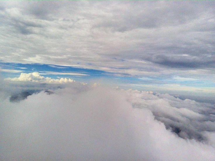 Melhor q qualquer TV hahaha assistir o vento brincando com as nuvens abrindo e cobrindo as montanhas te fazendo prestar atenção em cada detalhe e montar a paisagem na cabeça... . . . . . . . #nature #naturelover #mountain #sky #lifestyle #explore #natureza #clouds #outdoor #landscape #sun #montanha #trilha #trip #traveler #tracklog #saiadecasa #trilhandoteresopolis #camping #climb #voe #fly #adventure #trilheirosnaestrada #nosnatrip