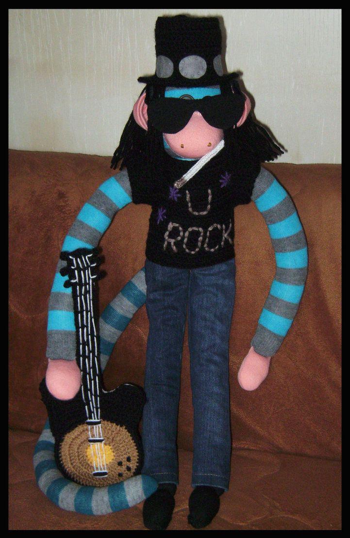 Slash gemaakt van sokken. broek denim, trui, hoed, bril en gitaar gehaakt en verstevigd met karton. sigaret gepunnikt. op de hoed vilten adds, ogen van knopen.