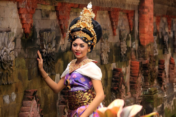 Balinese girl in traditional dress  http://photo.balebali.com/balinese-traditional-outfit.html