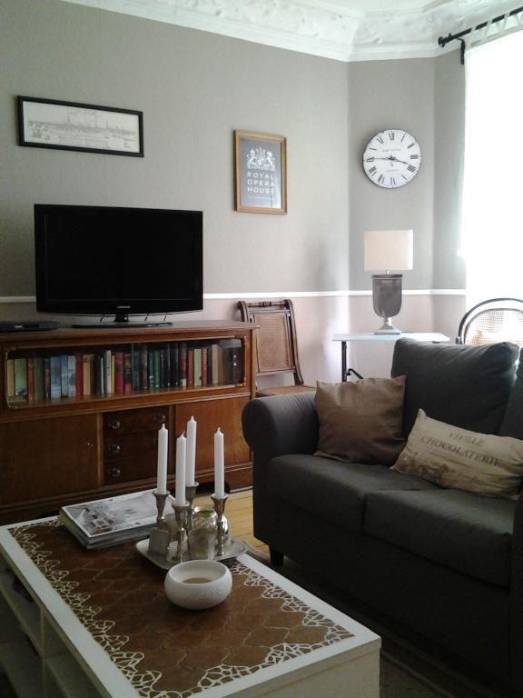 Gemtliches Wohnzimmer In Hamburg Barmbek Mit Couch Und Fernseher Wohnen