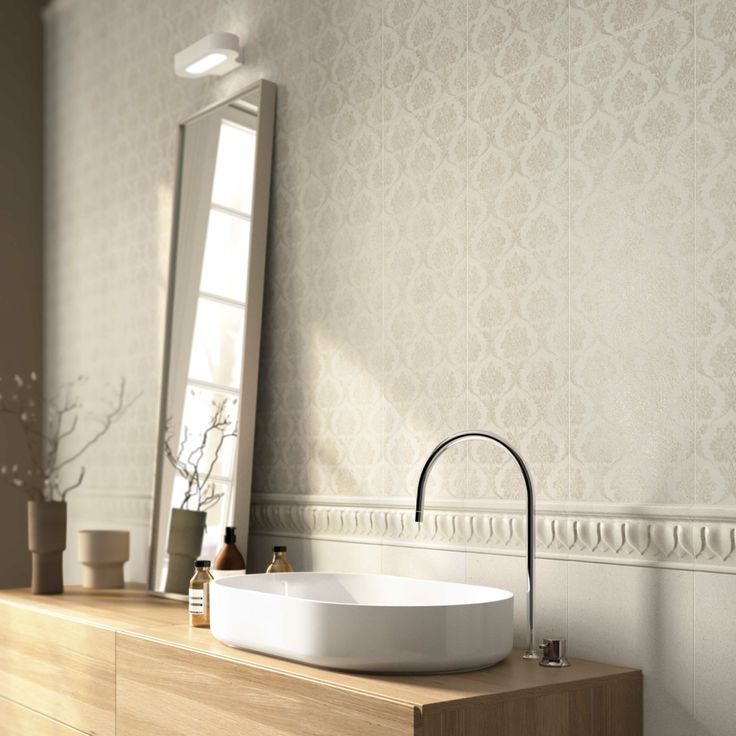 Edilcuoghi Sandstone / Edilcuoghi Chalk. FLOOR_Sandstone GY317 60x60 WALL_Chalk BG102 25x75 R_decoro Decó 25x75 R_terminale 5x25_listello Decó 10x25_battiscopa 15x25  #washbasin #bathroom #bath #mirror #white #beige #gres #edilcuoghi #tile #decor #vintage #contemporary