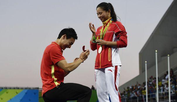 Le compagnon de He Zi l'a demandé en mariage à la sa descente du podium olympique du plongeon à 3 m.