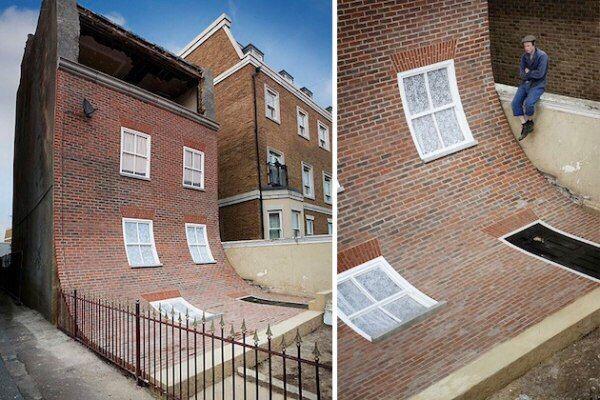 Дом со сползающим фасадом, Маргит, Великобритания Прогуливаясь по британскому городу Маргит, вы можете несказанно удивиться, наткнувшись на трехэтажный дом со... съехавшим вниз фасадом. Первый этаж с входной дверью как бы лежит прямо на земле, а верхний этаж открыт.