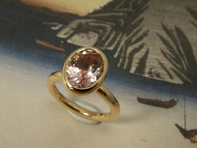 * gemstones and pearls | oogst-sieraden * Ring * Roségouden ring met bolle zetting voor ovale gefacetteerde roze toermalijn * Maatwerk *