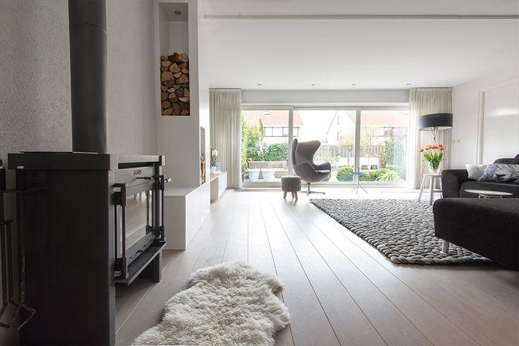 Woonkamer interieur grijs wit modern met haard styling for Interieur advies