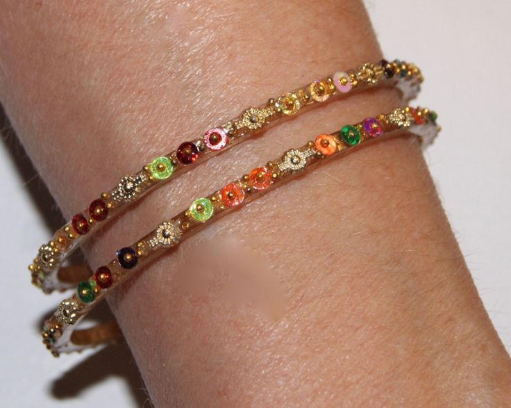 Setje van 2 India bloemen armbanden multicolor en GOUD kleurig -  6,3 cm diameter - 2-piece set Indian style bracelet multicolor and  GOLD color