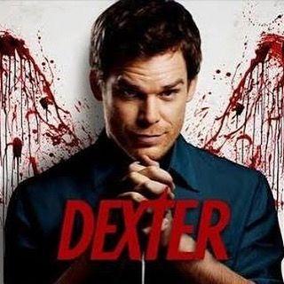 Já vi tudo em tempo real na época em que foi um fenômeno da TV. E retomei o relacionamento com esse justiceiro agora para ver com meu filho adolescente. É de 2006 mas que história boa. E a produção também!  Ah claro tem no @netflixbrasil! #streamteam #nerflixbrasil Sinopse:  Dexter é uma série televisiva americana de drama/suspense centrada em Dexter Morgan um assassino em série com diferentes padrões que trabalha como analista forense especialista em padrões de dispersão de sangue no…