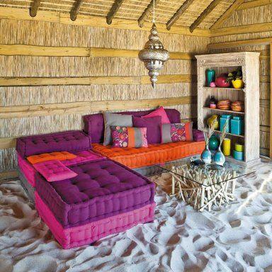 ideare casa in modo economico e creativo. Riciclare pallets può aiutarvi a definire la zona giorno o a creare un letto originale e unico.