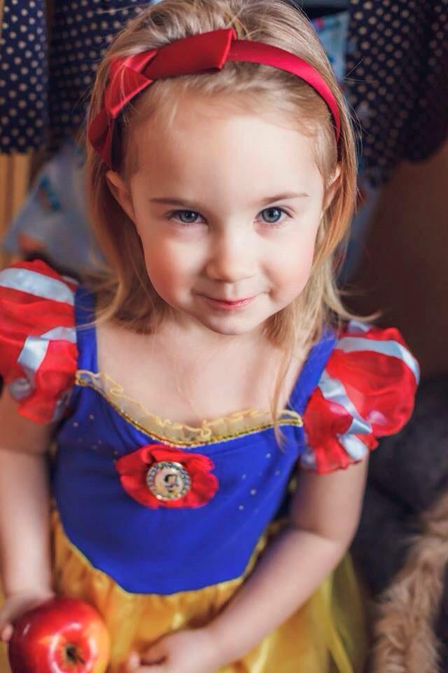 Girl in Snow White mascara