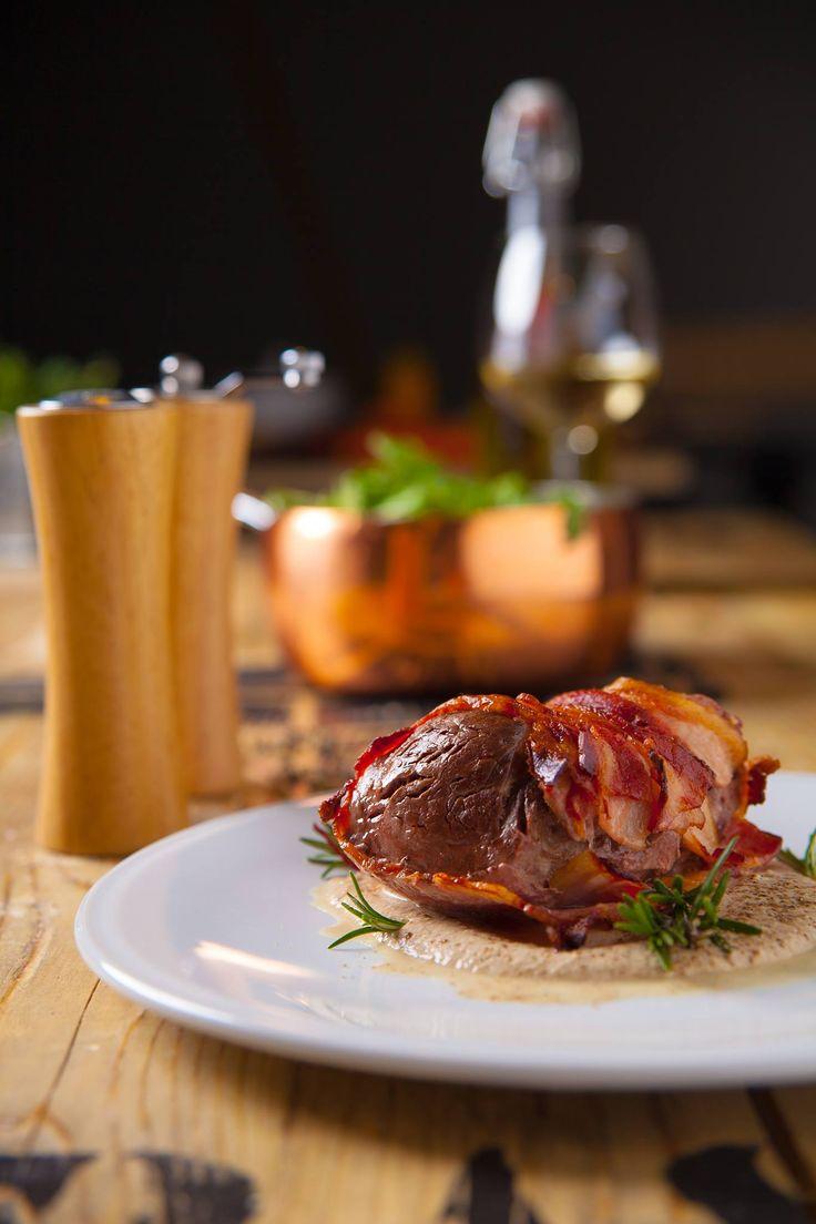 Lombino di miale/polędwica wieprzowa faszerowana suszonymi pomidorkami, zapieczona w bekonie w sosie pieprzowym