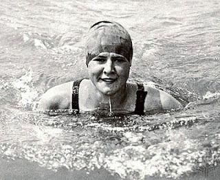 Gertrude Ederle: Fue la primera mujer en cruzar a nado el Canal de la Mancha. Nadando al estilo crawl, recorrió el 6 de agosto de 1926 la distancia que separa Francia de Inglaterra en 14 horas y 31 minutos. A sus 19 años, Ederle batía esa jornada la marca de los cinco hombres que habían emprendido similar aventura antes que ella. Habrían de pasar otros 35 años antes de que otra mujer le arrebatara el récord femenino.