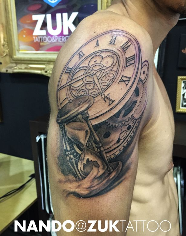 Tatuaje en proceso con un reloj de arena y engranajes.