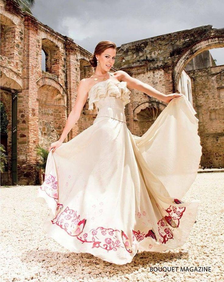 Belleza de vestido inspirado en la Pollera Panama
