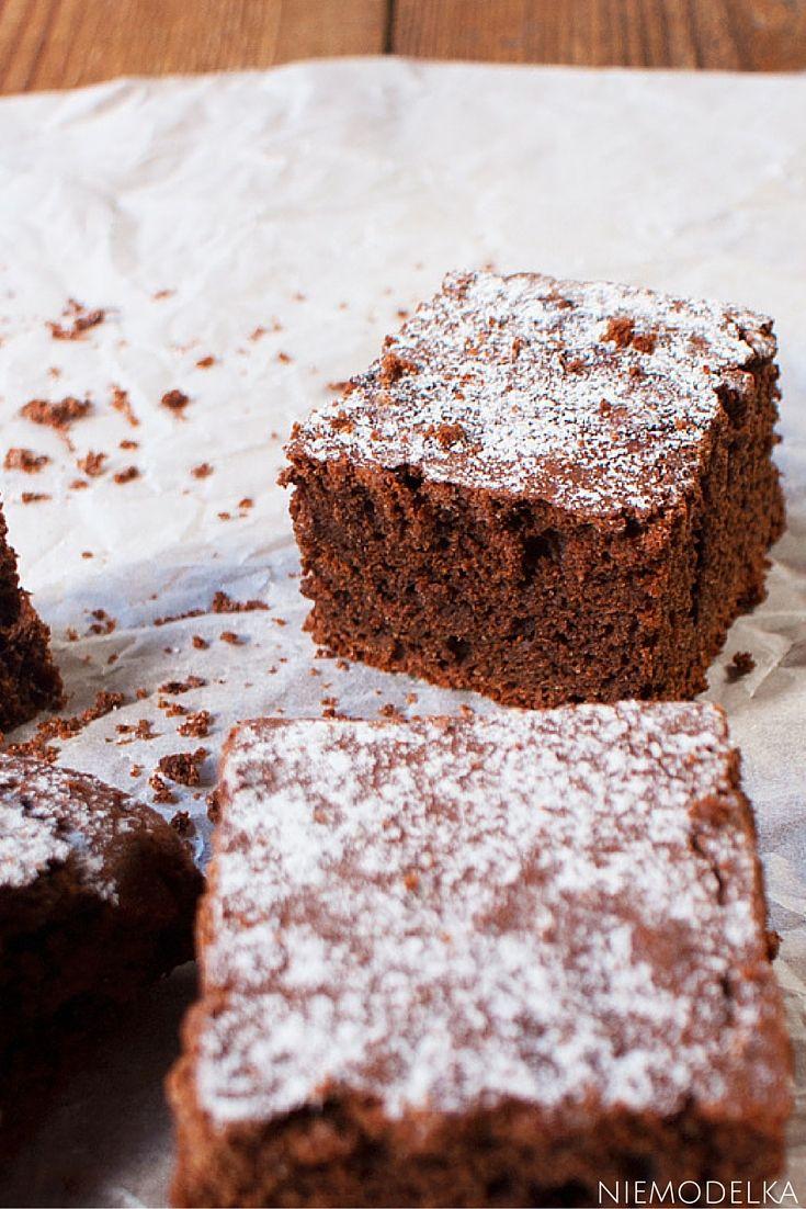Dzisiaj znów mam dzień kuchennych eksperymentów. Upiekłam bezglutenowe ciasto czekoladowe z mąki g...