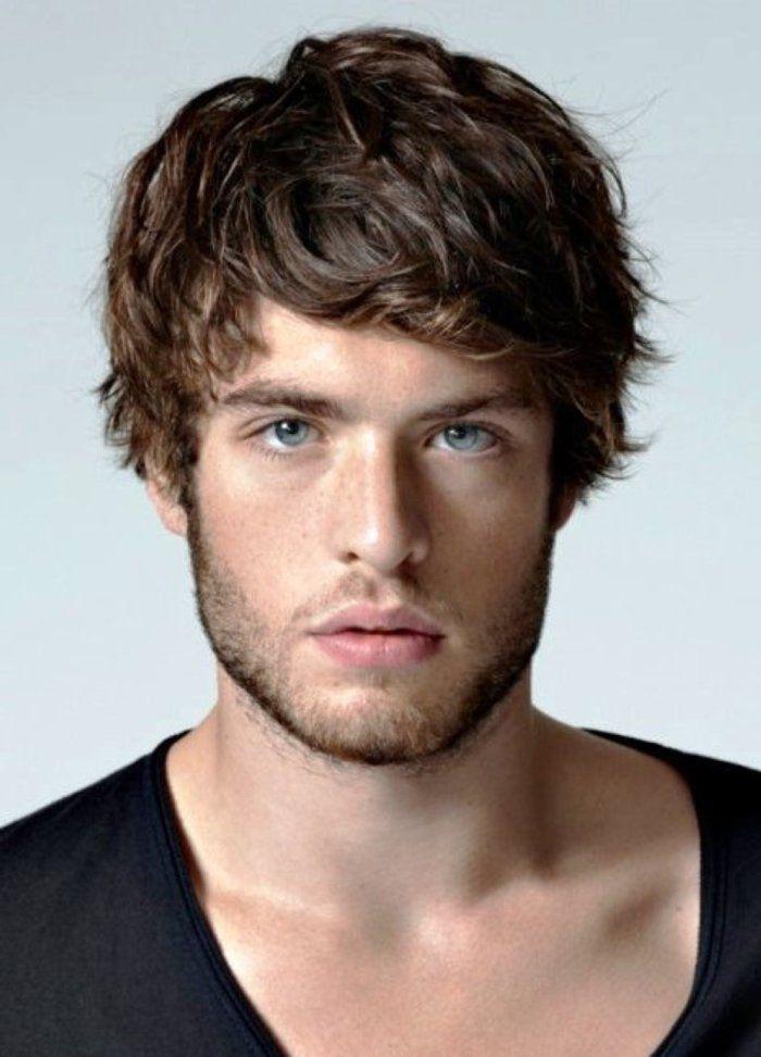 coiffure homme cheveux épais, cheveux marron et yeux bleu