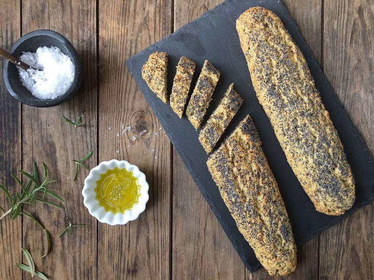 """At dyppe sådan et godt madbrød i olivenolie med lidt flagesalt er altså ret lækkert. Og disse glutenfrie/low carb flutes blev så vellykkede, at jeg næsten helt glemte, at de ikke var """"rigtigt…"""