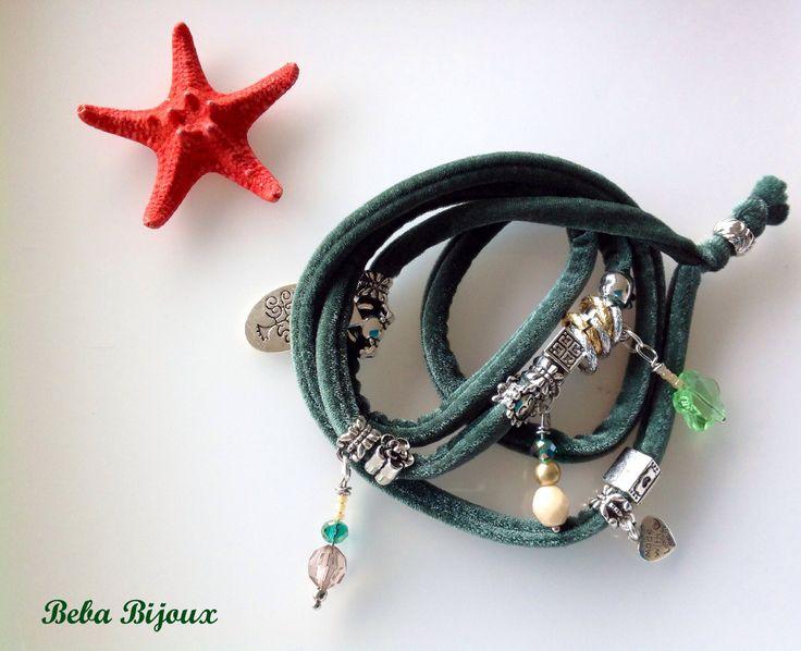 Bracciale in Velluto color Verdone,con distanziatori color argento, anellini color argento e oro e pietre e ciondoli.