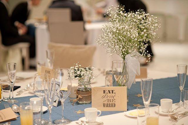 ゲストテーブルはこんな感じ。 デニムのテーブルランナー、チュール、星、かすみ草。 やっぱり白×デニムが好きみたい。私服と同じだ!…