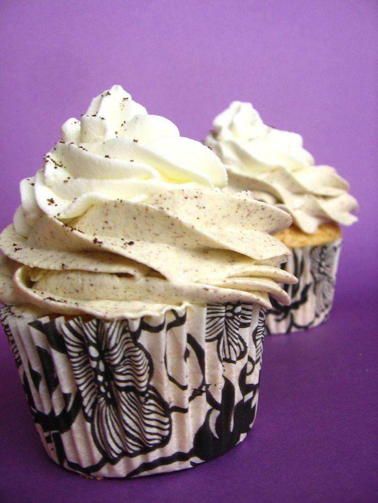 Nic dodać. Nic ująć. Cupcakes cafe latte smakiem i wyglądem przypominają dwuwarstwową, mleczną kawę, którą znamy z kawiarni. Ich wykonanie jest nieco pracochłonne, ponieważ wymagają dwukrotnego nadziewania worka cukierniczego, ale końcowy efekt wart jest każdego wysiłku. Cupcakes z kofeiną doskonale…