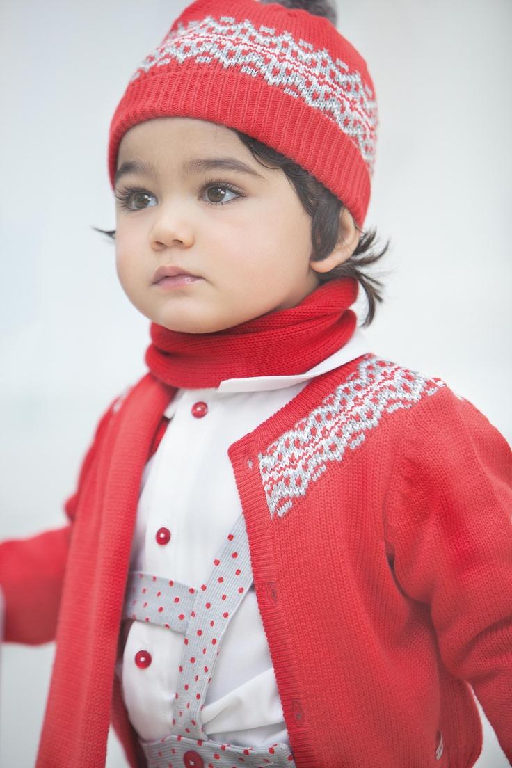 Magritte niño Ambientes coloridos en rojos y grises, con prendas de corte más de vestir. Diseños en minimota sobre micropana estampada y la greca en el tricot. Tutto Piccolo