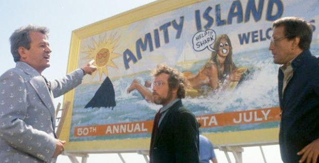 """Am Ende vom """"Weißen Hai"""", Bruce war inzwischen explodiert, paddeln Brody und Hooper auf dem offenen Meer, die Möwen weisen ihnen den Weg zum Strand. Die Männer machen Witze. Ende gut, alles gut. Warum kann das echte Leben so nie sein?"""