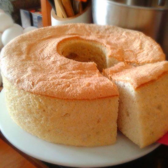 Angel Food Cake   Traducido como: Queque de Comida de Angel. Este creacion, aunque se ve simple, requiere una mano muy delicado y una grande paciencia para crear.  Su textura asemeja a un algodon de azucar hecho queque. Extremadamente esponjosa con un leve dulzor y una capita fina crujiente.  Es ideal para disfrutar sola con un buen cafe, o acompañarlo con tu salsa o mermelada favorita. No hay nada igual!   $7.000 por 12 porciones aproximadamente.