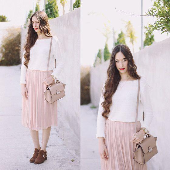 María Rubio – Sfera Sweater, Mango Bag, H&M Skirt, Bershka Boots – Naif style