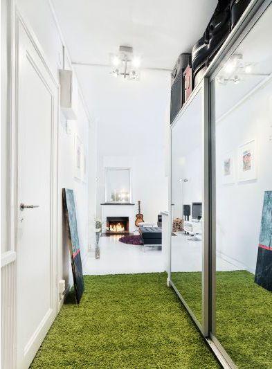 Hallen med garderob och spegeldörrar