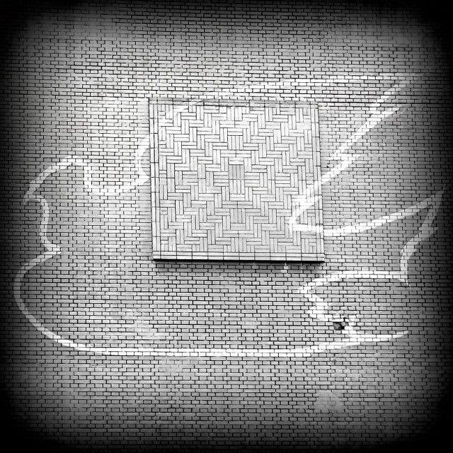 Gołąbek pokoju, Gmach Technologii Chemicznej PW. Według miejskiej legendy w tym miejscu w czasie drugiej wojny światowej na fasadzie budynku zamurowano figurę orła w koronie. #politechnikawarszawska #politechnika #warszawa #warsawuniversityoftechnology #legenda #varsavianista
