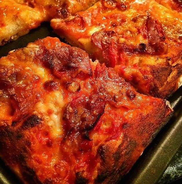 La pizza senza nessun lievito è semplice e veloce e richiede solo qualche accortezza nella cottura e quando la si stende. Qui la ricetta.