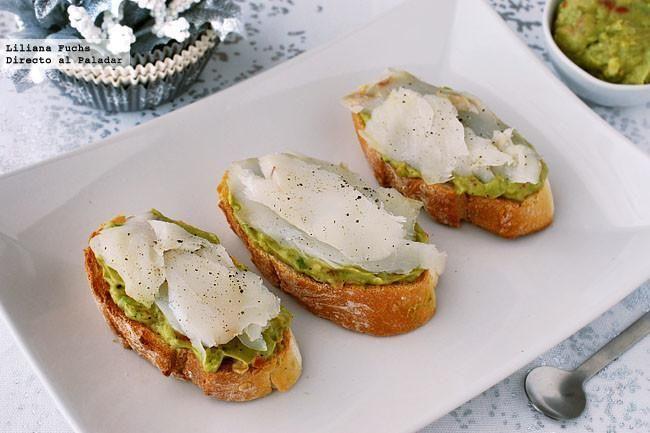 Receta de canapés o tostas de crema de aguacate y bacalao ahumado. Con fotos paso a paso, consejos y sugerencias de degustación. http://www.directoalpaladar.com/tapas-y-pinchos/canapes-de-crema-de-aguacate-y-bacalao-receta-de-navidad