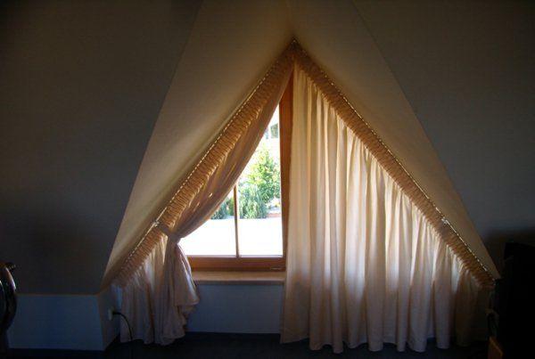 idee für dreiecksfenster verdunkeln mit gardine