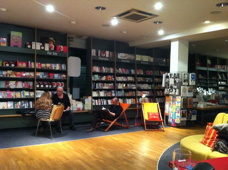 Nachts in der Buchhandlung. Lesegenuss nach Ladenschluss.