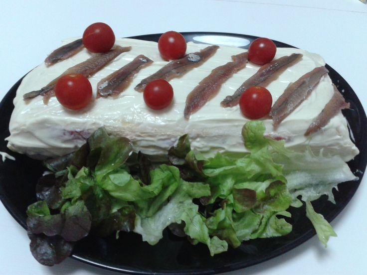 Pastís de pa bimbo amb capes de paté anxoves i tonyina, tomata, formatge, maionesa....