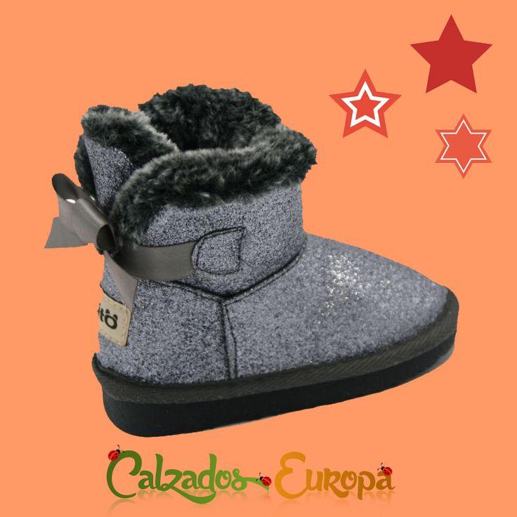 El pelo es última tendencia en calzado 🔝, así que tienes disponibles en nuestra tienda online estas botas Australianas Glitter desde la talla 21 a la 27.  https://www.calzadoseuropa.es/botas-altas/botas-australianas-glitter-plata-by-conguitos-55854.html