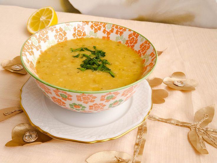 Shorbet adas är en klassisk soppa som görs i stort sett i alla delar av Mellanöstern. En typisk förrätt innan maten. Den är väldigt len och mild i smaken, men samtidigt smakrik. Därför går den hem hos de flesta, både barn och vuxna har den som en favorit. Mättande och god linssoppa som är enkel att laga. Här kommer recept på den libanesiska versionen. Libanesisk linssoppa, 6 portioner 4 dl gula/röda linser 1 dl ris (kan uteslutas eller bytas ut mot vermicelli) 1 liter vatten Salt/bu...