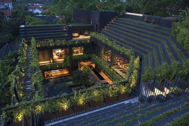 Casa em Singapura tem paisagismo de tirar o fôlego O pátio central desta casa parece um verdadeiro oásis #decor #garden #house  (Foto: Albert Lim K S/Divulgação)