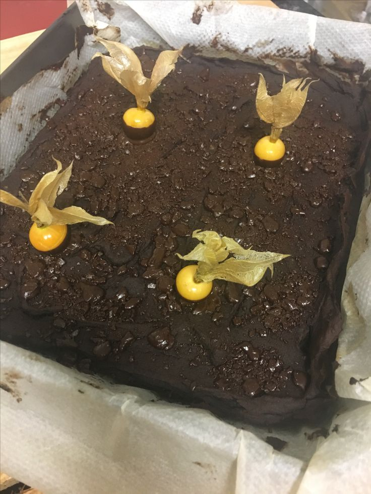 un lugar tan mágico...q me inspiro este dulce...brownie de azukis y dátiles...titulado:physalis sobre tierra de la cuevina...delicioso
