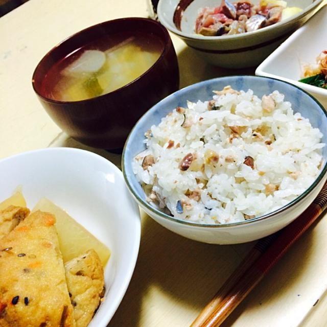 この間TVでやってたさんまの炊かず飯が食べたくて作ってみたー(*'Д'*)ノ♥️ - 5件のもぐもぐ - さんまの炊かず飯、ほうれん草のおひたし、大根とがんもの煮物、さんまのたたき塩レモン和え、大根と豆腐の味噌汁 by hasimom1924