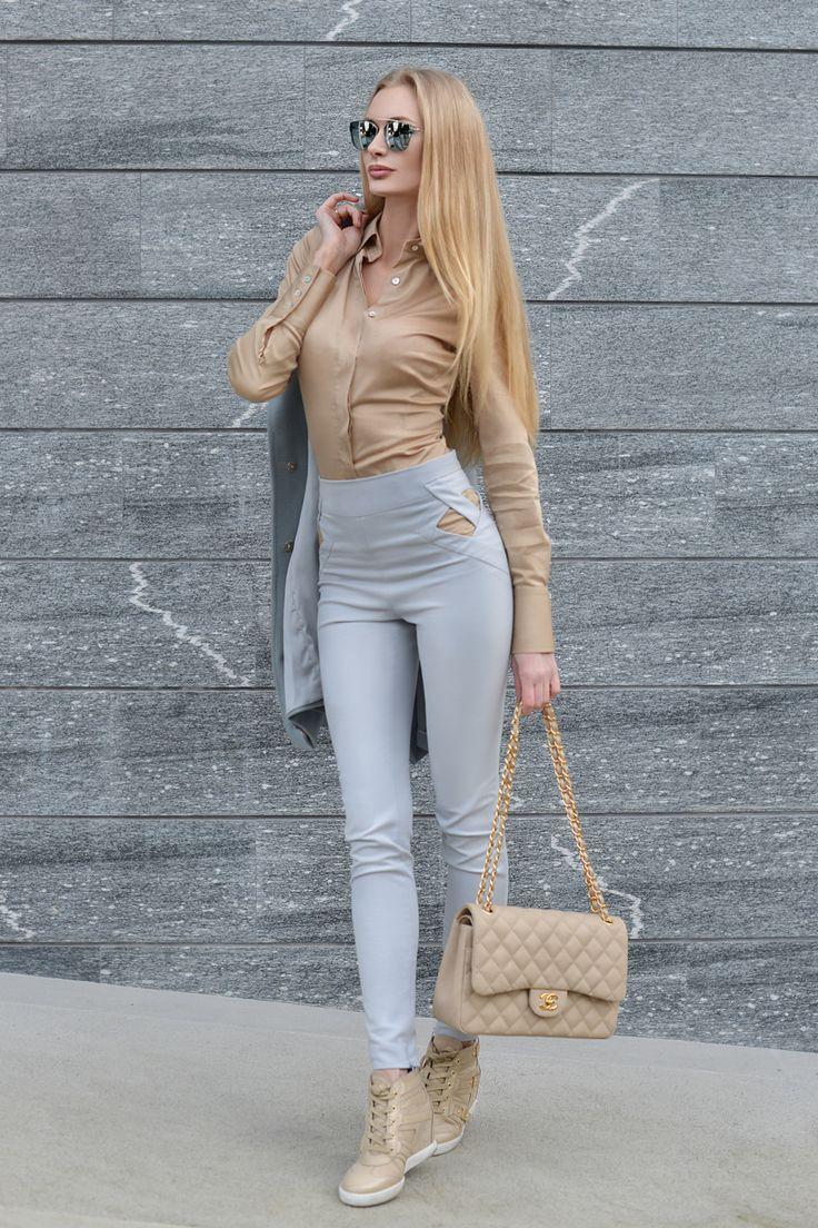 Chanel beige jumbo 2.55