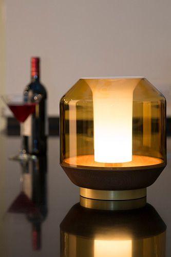 De honingkleurige koepel en het donkere hout aan de onderkant maakt de Lateralis tot een sfeervolle tafellamp