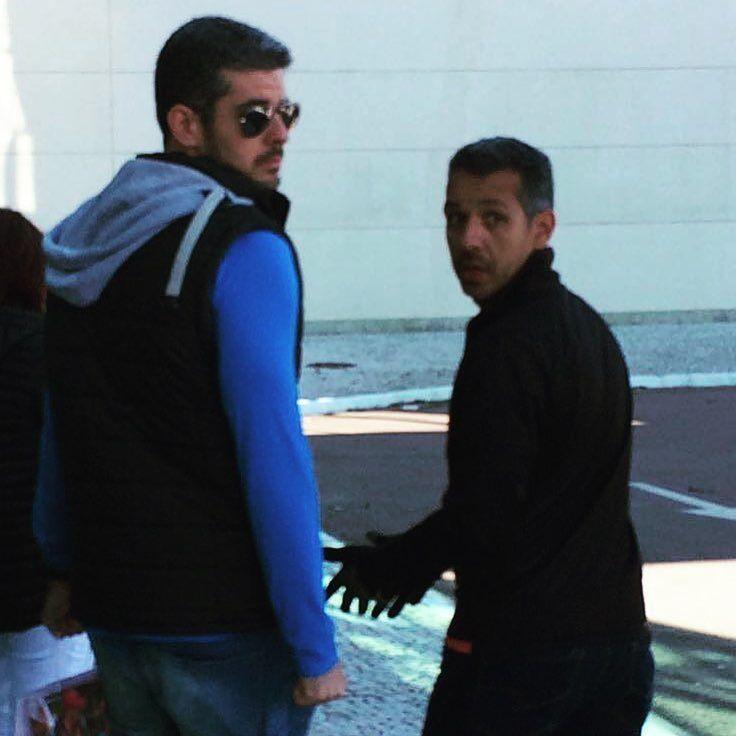 Neto Leal e Marcelo Camargo foram vistos em shopping em Porto Alegre. #paparazzi