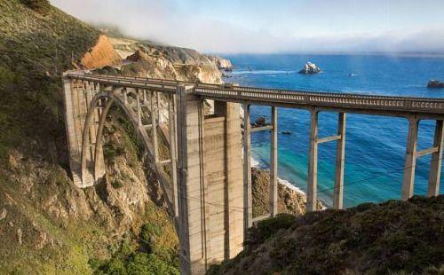 El puente Bixby en el Big Sur. ElBig Sur es una región muy poco poblada de California donde las montañas de Santa Lucia emergen abruptamente del océano Pacífico.